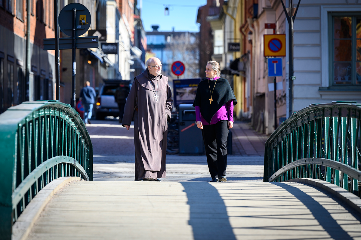 Cardinal Anders Arborelius, The Roman Catholic Church in Sweden, and Bishop Karin Johannesson, The Church of Sweden, walking and talking on a bridge i Uppsala
